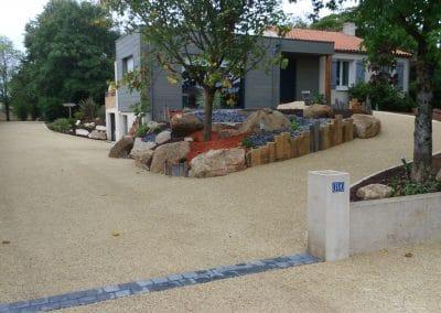 Allée en gravier calcaire ,rocaille poutre de chênes et pierre de granit