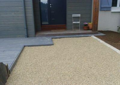 Allée en gravier calcaire et terrasse bois composite